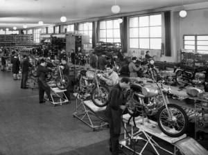 Meccanici al lavoro nello stabilimento Ducati Meccanica, Bologna, 1964 Archivi Alinari-archivio Villani, Firenze