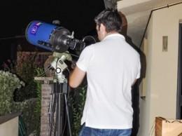 Back stage durante una fase delle riprese del profondo cielo, la macchina fotografica è collegata ad un telescopio da 250mm